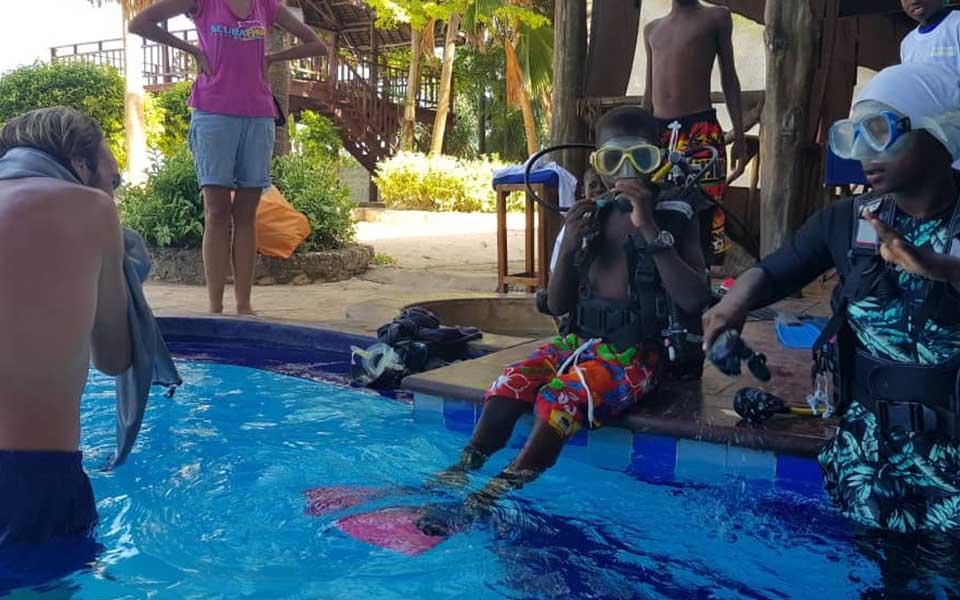 Twende baharini scuba diving