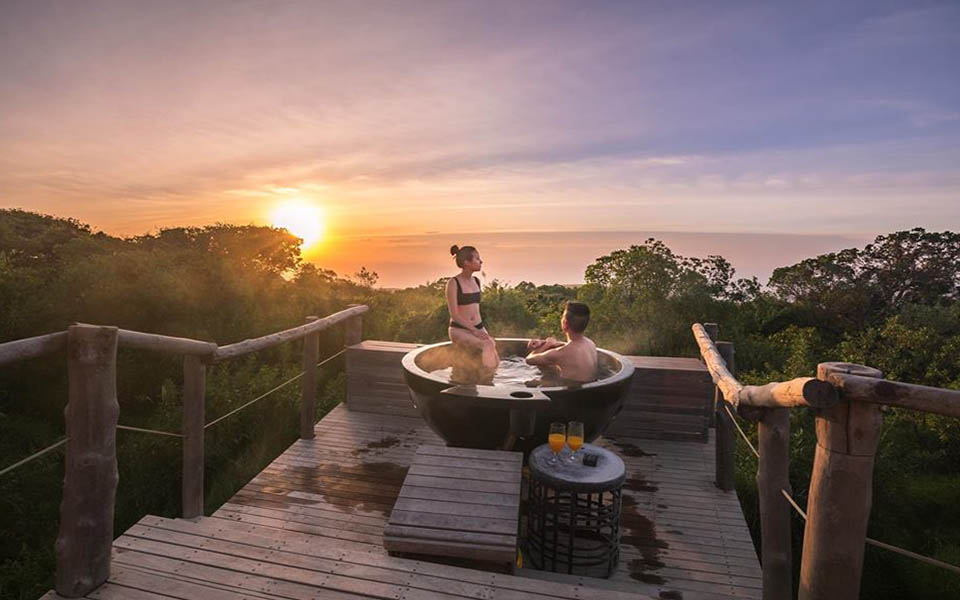 honeymoon couple in a hot tub on safari in africa at the highlands